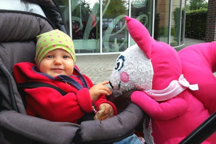 Polly Pink schließt Freundschaft mir den Kleinsten